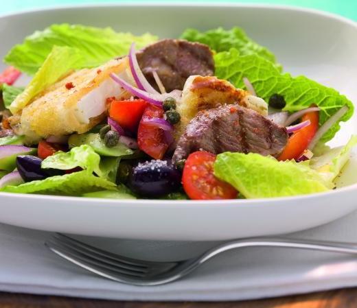 Griechischer Bauernsalat mit Feta in der Brotkruste und Lamm