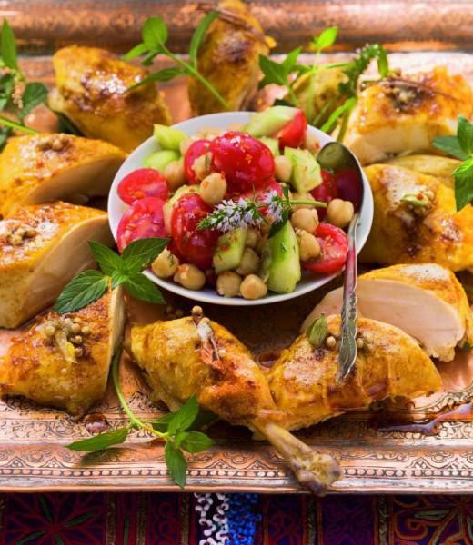 Grillhendl mit Salat von Gurke, Oliventomaten und Kichererbsen