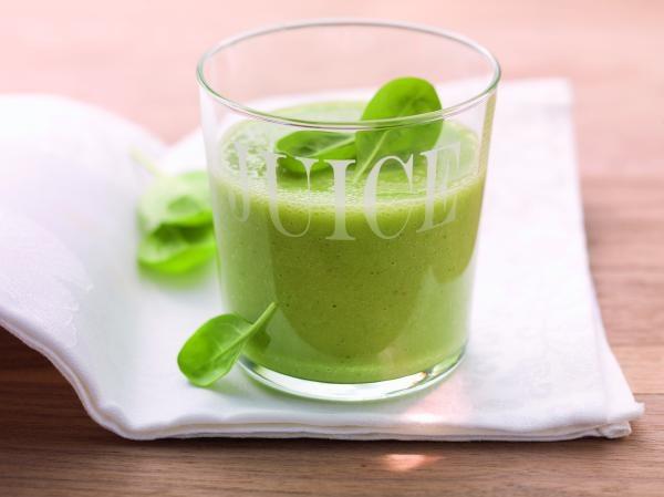 Grüner Vitamindrink mit Mango und jungem Spinat