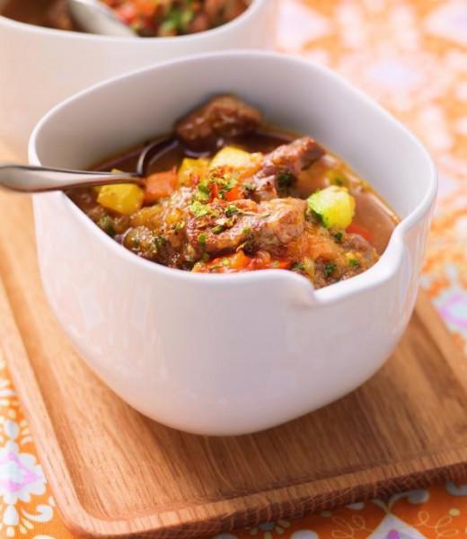 Gulaschsuppe mit Paprika und Zucchini