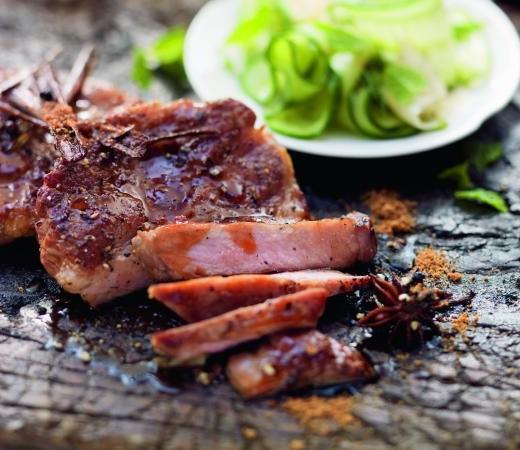 Karamellisierter Schweinenacken auf Gurken-Ingwer-Salat