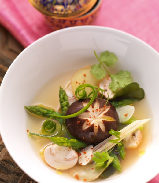 Klare Pilzsuppe mit grünem Spargel