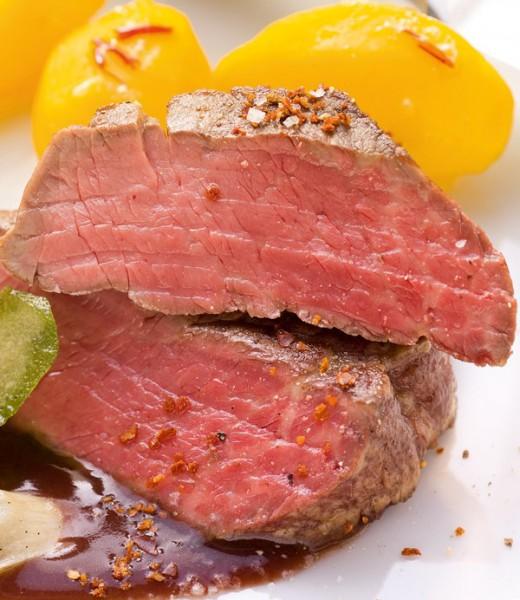 Kleine Rinderfiletsteaks mit Kräuter-Spinat-Salat und Gewürzbutter