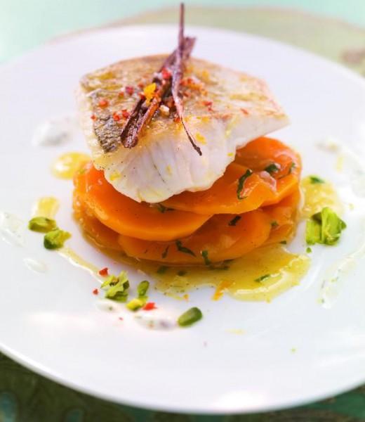 Kross gebratener Zander auf Karotten-Zimt-Salat mit Pistazien und Dill-Joghurt