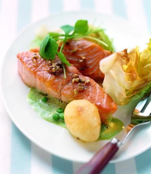 Lachsfilet auf Kopfsalat-Erbsen-Sauce