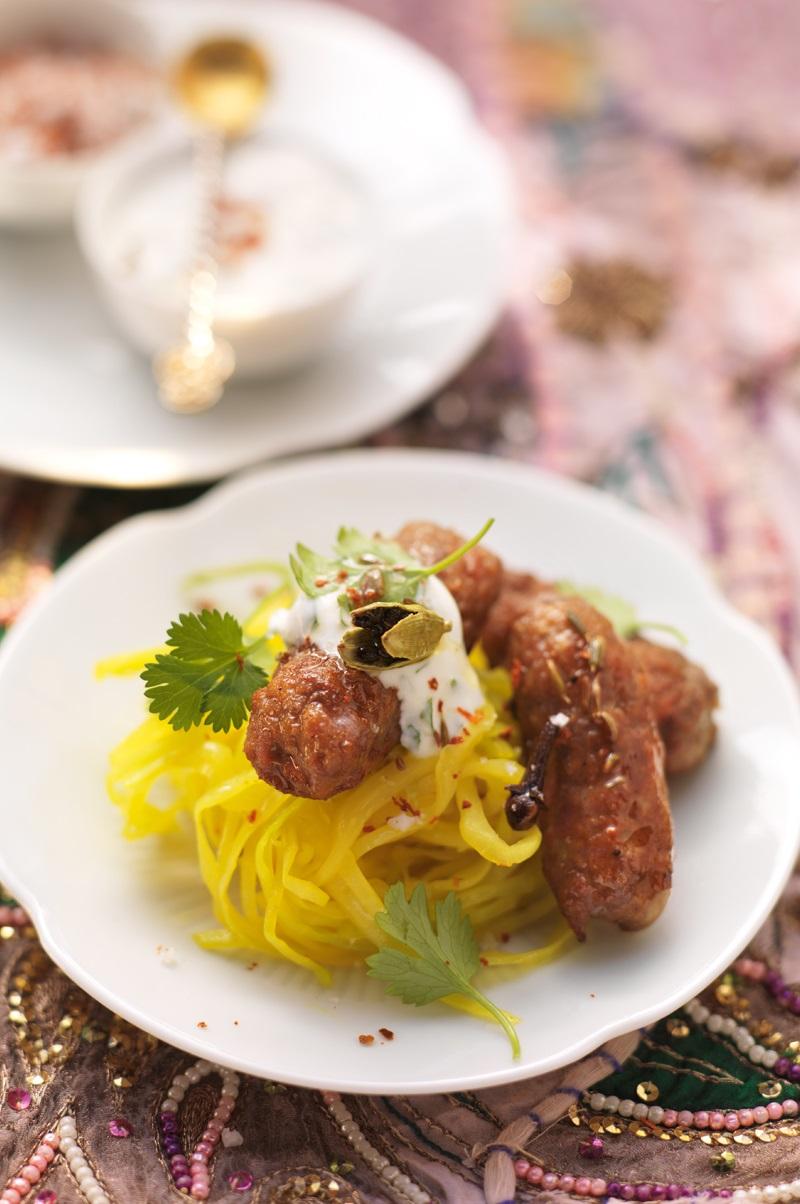 Lammkebab auf Kurkuma-Kraut-Salat mit Koriander-Raita