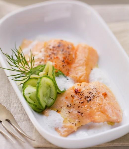 Lauwarmer Lachs auf Gurken-Ingwer-Salat mit Dill