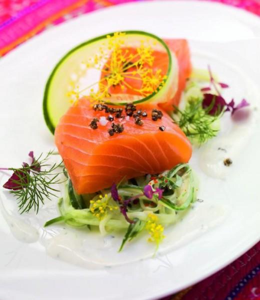Marinierter Lachs mit Zimt und Kardamom auf Gurken-Ingwer-Salat