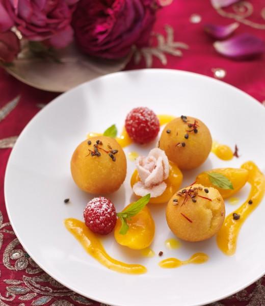 Milchbällchen in Kardamomsirup mit Aprikosen und Himbeeren