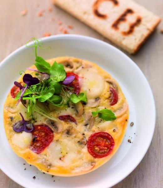Offenes Omelett mit Tomate, Mozzarella und Kräutersalat