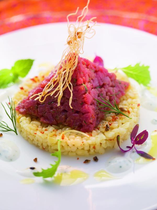 Orientalisches Rindfleischtatar mit Bulgursalat und Joghurt-Dill-Sauce