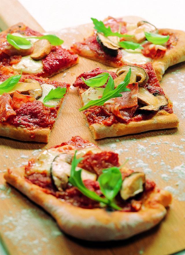 Pizza mit Steinpilzen und kandierten Tomaten