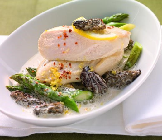 Pochierte Hähnchenbrust auf Morchel-Zitronen-Sauce mit Spargel