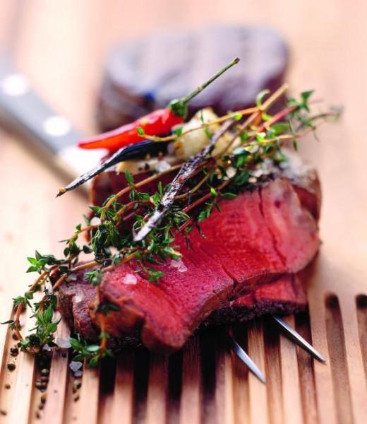 Rinderfiletsteak mit Karotten-Birnen-Gemüse und Gewürzbutter