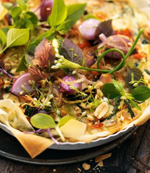 Schalotten-Paprika-Tarte mit Kräutersalat