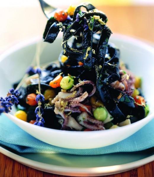 Schwarze Bandnudeln mit Calamaretti, Lavendel und Fenchel
