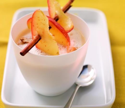 Selleriesuppe mit Zimt-Apfel und Walnüssen