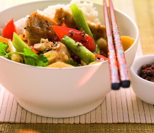 Sichuanhuhn im Wok gebraten mit Reis
