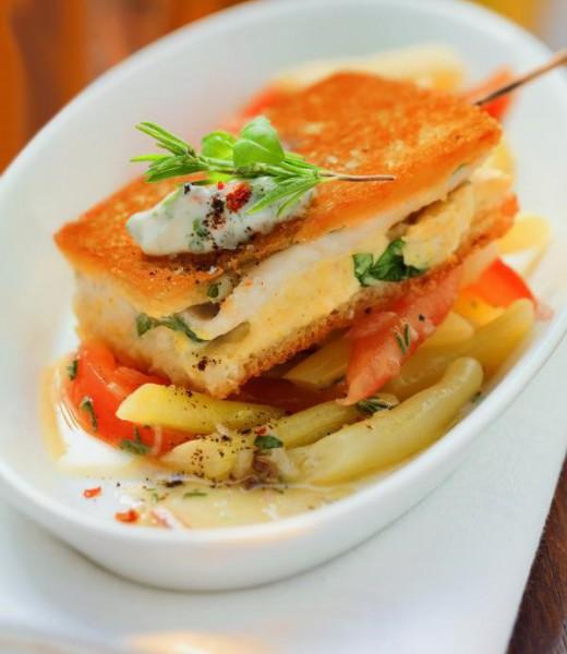 Soufflierter Steckerlfisch auf Bohnen-Tomaten-Salat