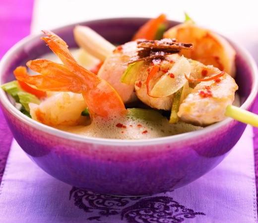 Thailändische Kokossuppe mit Hähnchen und Garnelen