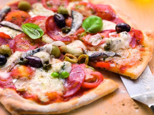 Tomatenpizza mit Gorgonzola, Sardellen und Oliven