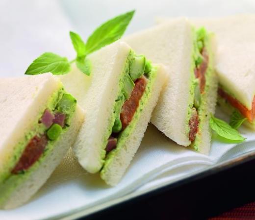 Tramezzini mit grünem Spargel und Erbsen