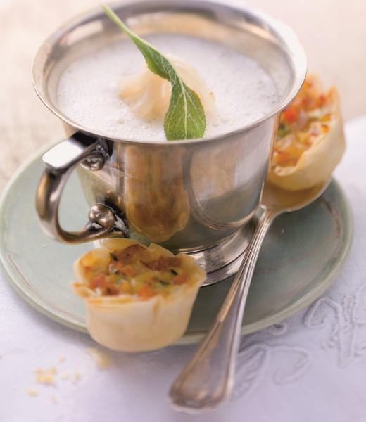 Weiße Zwiebelsuppe mit Gemüseküchlein