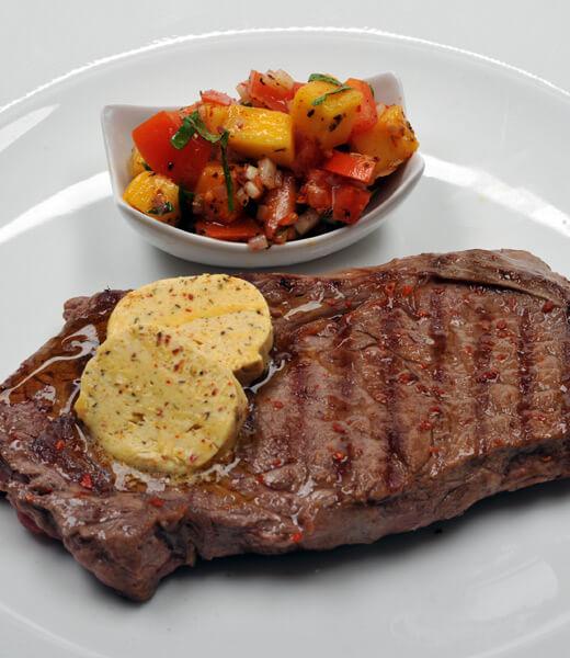Ribeye Steak mit Gewürzbutter und Tomaten-Mango-Salat