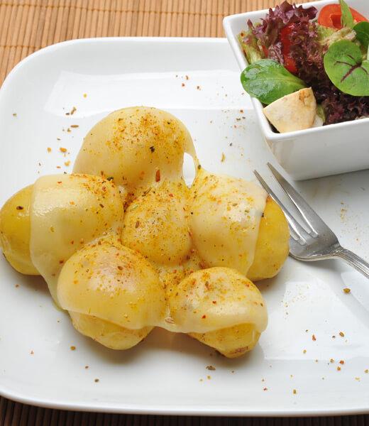 Würzige Minikartoffeln mit Käse geschmolzen