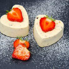 Geeiste Honigherzen mit Schoko-Erdbeer-Crunchy
