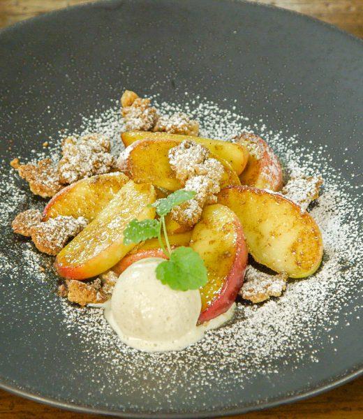 Bratapfelspalten mit Vanilleeis und Gewürzstreuseln